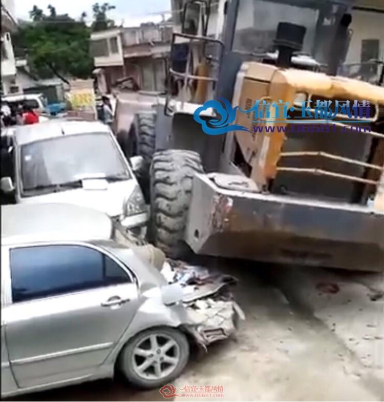 钱排西垌管理区一辆铲车失灵,连撞到三辆小车