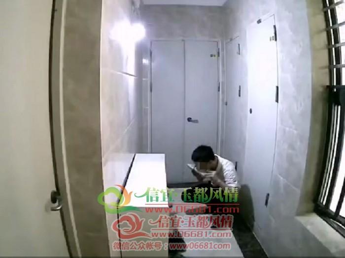 谜之操作!男子在信宜某房屋门前舔女鞋?