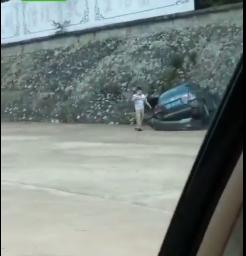 """信宜一名女司机驾车竟""""飞""""出公路后又撞墙"""