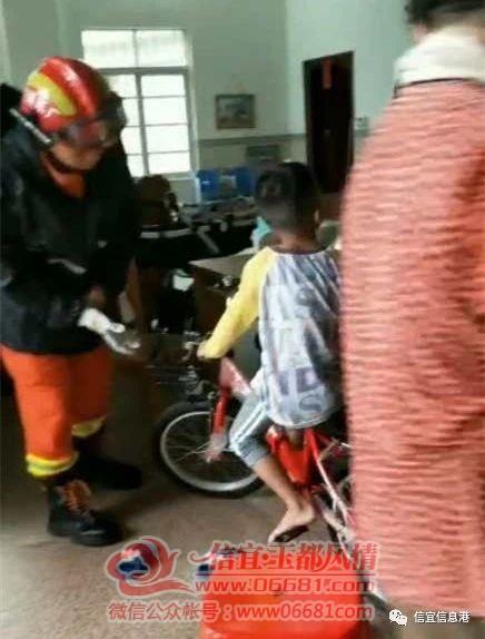 信宜一男孩腿部被单车卡住 消防前往救援